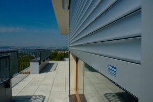 Předokenní rolety na balkónu Almma