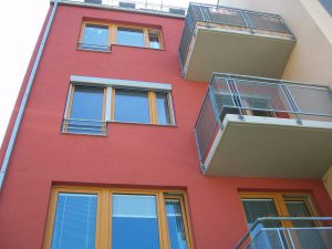 Balkón s předokenními roletami